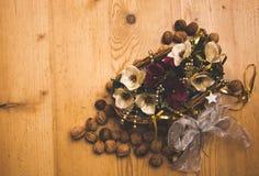 La cesta hecha a mano con las floraciones y las nueces artificiales hermosas Imagen de archivo libre de regalías
