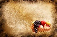 La cesta maravillosa de otoño da fruto por completo en un grunge Fotos de archivo libres de regalías