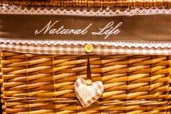 La cesta se teje de los materiales naturales, artículos decorativos para el hogar fotos de archivo