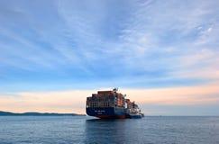 La CGM Eiffel di CMA russa della nave porta-container dell'isola dell'autocisterna di Bunkering Baia del Nakhodka Mare orientale  fotografia stock libera da diritti
