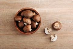 La châtaigne brune fraîche répand entier dans le plat en bois Photos stock