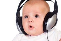 La chéri écoute la musique Images stock