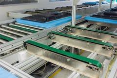 La chaîne de convoyeur, et la bande de conveyeur sur la chaîne de production ont installé dans le secteur de chambre propre Photographie stock