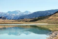 La chaîne de fleuve de vent s'est reflétée dans le lac soda Photo stock