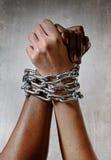 La chaîne de main de course blanche a fermé à clef ainsi que la compréhension multiraciale de femme noire d'appartenance ethnique Images libres de droits