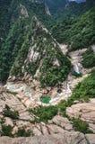 La chaîne de montagne de Kumgang San a 2 parts dont on est en Corée du Sud et l'autre en Corée du Nord La chute de l'eau de neuf  images libres de droits