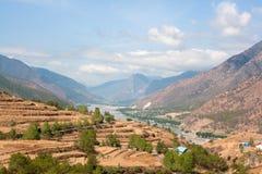 La chaîne de Montain entoure le fleuve Yangtze Photo stock