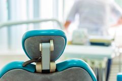 La chaise du ` s de dentiste dans le bureau de retour regardent Photos stock