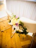La chaise du ` s de jeune mariée est décorée des fleurs image stock
