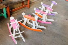 La chaise en bois colorée de cheval de basculage de vintage pour des enfants pourrait e photo libre de droits