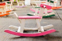 La chaise en bois colorée de cheval de basculage de vintage pour des enfants pourrait e image libre de droits