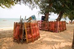 la chaise et la table et le parapluie en plastique ont eu le paquet du groupe quand forc Photo libre de droits