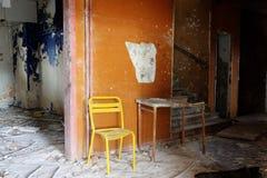 La chaise jaune et brocken la table photos libres de droits