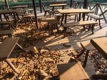 La chaise sur un plancher en bois dans le restaurant abandonné Images stock