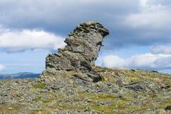 La Chaman-pierre de roche dans les montagnes des Monts Oural polaires Russie image stock