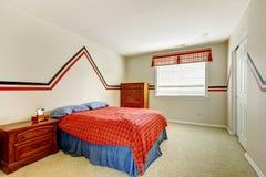 La chambre à coucher avec le mur peint et les couleurs lumineuses enfoncent Images stock