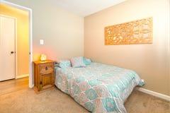 La chambre à coucher confortable avec le lit jumeau, le tapis et la mer de l'Himalaya salent la lampe o photographie stock