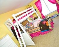 La chambre à coucher de la fille avec le bâti de couchette Photos libres de droits