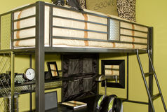 La chambre à coucher du gosse avec le bâti de couchette Photographie stock libre de droits