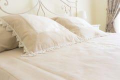 La chambre à coucher et les oreillers de chambre pour deux personnes se ferment  Photo stock