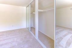La chambre à coucher principale vide avec des portes de cabinet s'ouvrent Photos stock