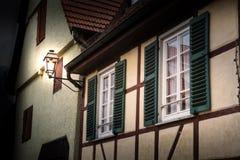 La Chambre allemande de bois de construction de lampe de cottage Shutters le vintage vert M de conception image libre de droits
