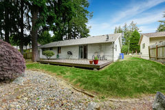La Chambre avec le secteur en bois de patio et l'arrière-cour aménagent en parc Images stock