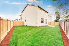 La Chambre a clôturé arrière la cour extérieure avec la pelouse soignée Photos libres de droits