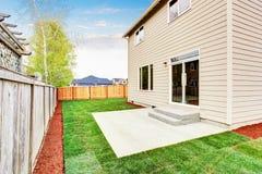 La Chambre a clôturé arrière la cour extérieure avec la pelouse soignée Photographie stock libre de droits