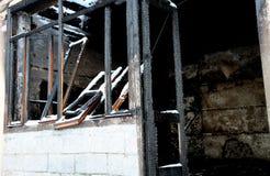 La Chambre dans les montagnes a complètement brûlé par le feu Images libres de droits
