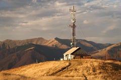 La Chambre du berger sur une colline dans les montagnes contre le contexte des montagnes carpathiennes photos stock