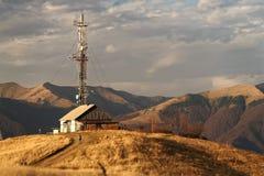 La Chambre du berger sur une colline dans les montagnes Vue des montagnes carpathiennes images libres de droits