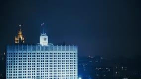 La Chambre du gouvernement de la Fédération de Russie, nuit d'été, drapeau banque de vidéos