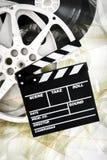 La chapaleta de la película en carretes del cine de 35 milímetros desenrolló tira de película Fotos de archivo