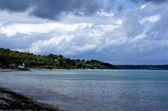 La chapelle blanche minuscule à l'des cailloux échouent dans Nantouar en Bretagne photos libres de droits