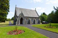 La chapelle Bowness de cimetière sur le secteur Cumbria Angleterre R-U de lac Windermere en été images libres de droits