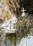 La chapelle d'Agios Antonios St Anthony dans la caverne du canyon de gorge de Patsos, île de Crète, Grèce Photographie stock