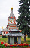 La chapelle d'Alexander Nevsky et le bâtiment traditionnel japonais modèlent Photo stock