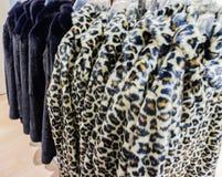 La chaqueta de la piel de imitación para la estación del invierno en ropa atormenta foto de archivo libre de regalías