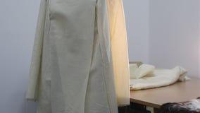 La chaqueta en la etapa inicial de la adaptación se viste en un maniquí metrajes