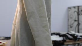 La chaqueta en la etapa inicial de la adaptación se viste en un maniquí almacen de metraje de vídeo