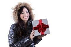 La chaqueta que lleva de la mujer sostiene un regalo Imágenes de archivo libres de regalías