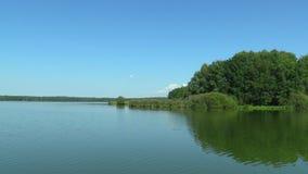 La charca más grande Rozmberk de la República Checa, área protegida de Trebonsko, reserva de la biosfera de la UNESCO, humedal de almacen de video