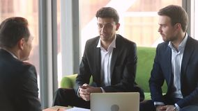 La charla árabe del hombre de negocios a los socios internacionales negocia en la reunión de negocios metrajes