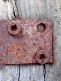 La charnière de trappe rouillée visse le bois image libre de droits