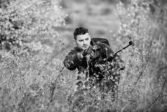 La chasse est passe-temps masculin brutal Chassant et emprisonnant des saisons Chasseur s?rieux barbu d?penser la chasse de loisi photographie stock