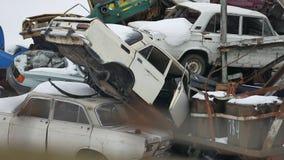 La chatarra auto vieja al aire libre descarga los coches video abandonados de los vehículos de la descarga en el vertedero de bas almacen de video