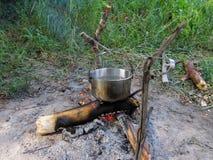 La chaudière avec de l'eau est sur le feu en nature images stock