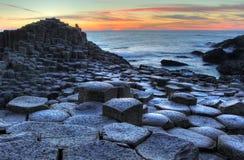 La chaussée du géant au coucher du soleil photo stock