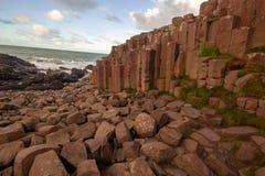 La chaussée du géant dans un beau jour d'été, Irlande du Nord image stock